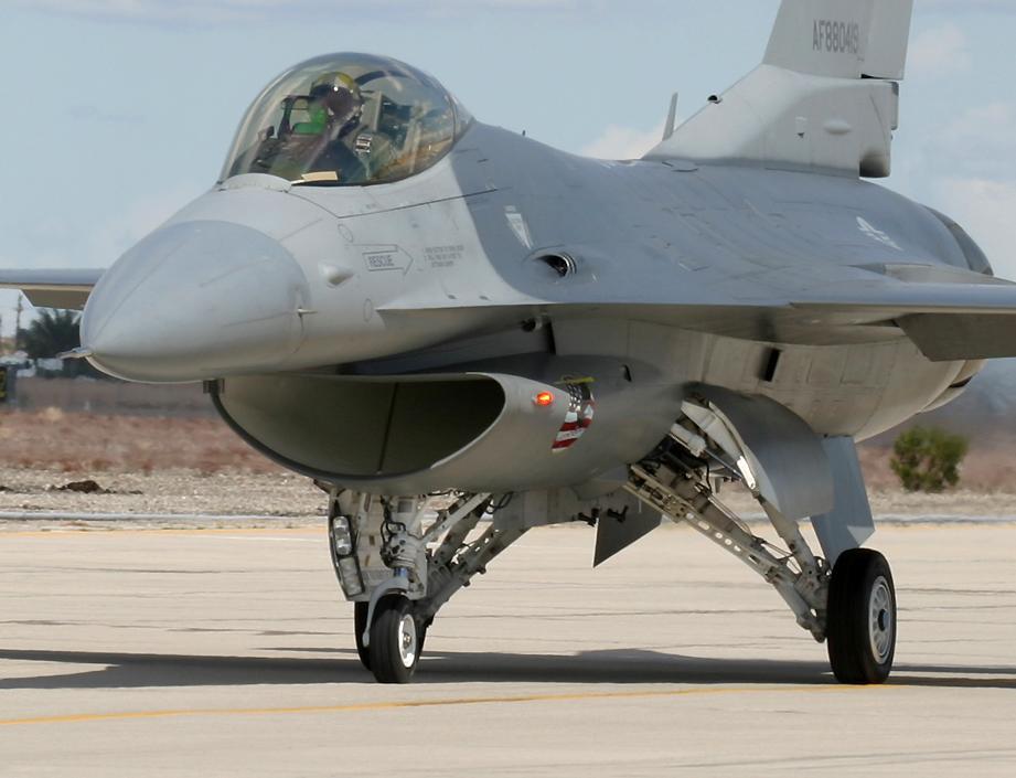 http://richard-seaman.com/Aircraft/AirShows/Yuma2005/Flying/F16Taxying.jpg